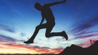 空間に向かってジャンプする男性