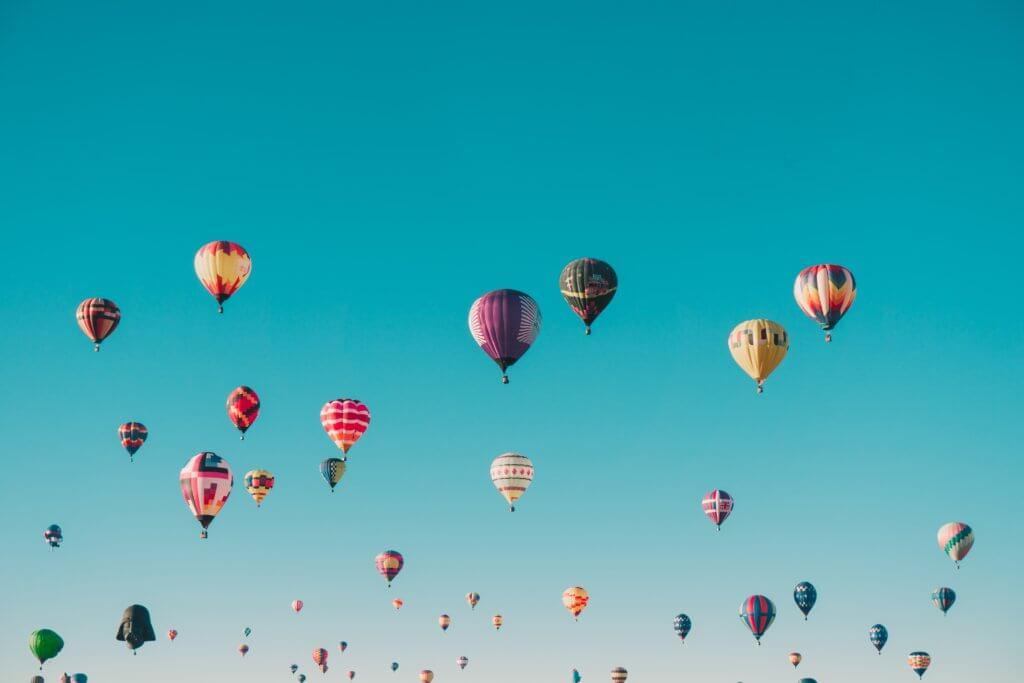 空いっぱいに浮かんでいる気球