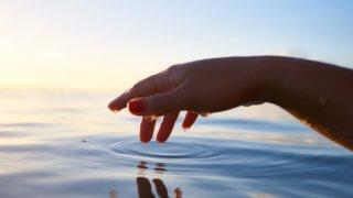 水面に触れる指先