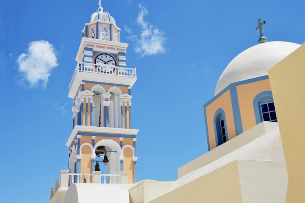 青空に向かってそびえ立つ時計塔
