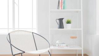 椅子が置いてある明るくて柔らかい雰囲気の部屋