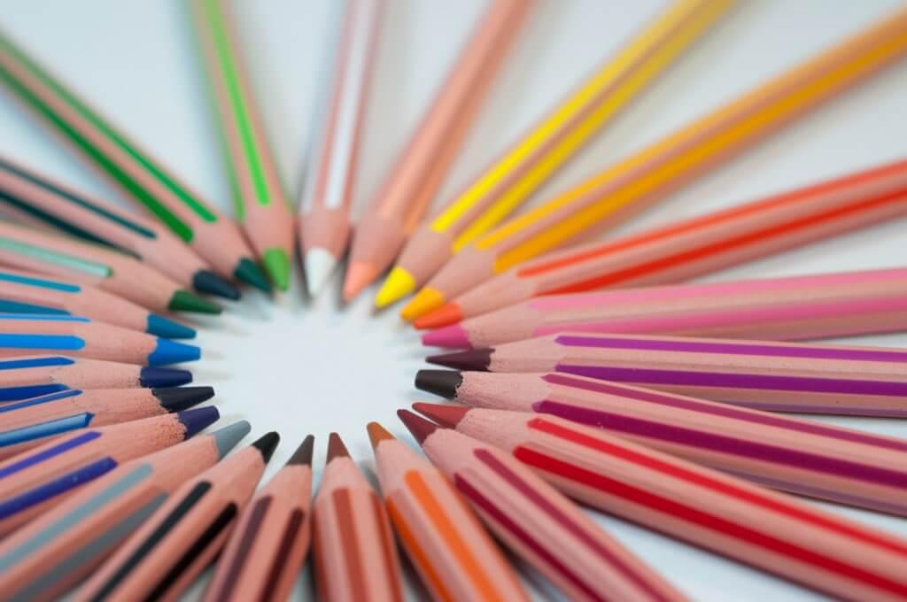 円形に並んでいる色鉛筆